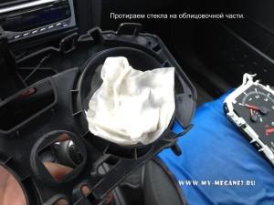 Очистка щитка приборов от пыли на Рено Меган 2
